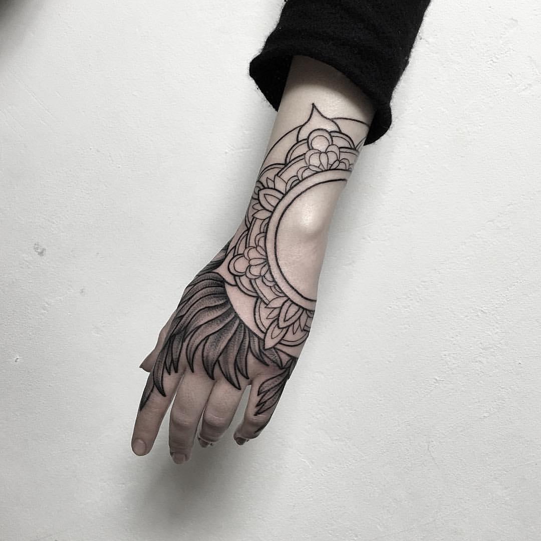 Женская татуировка на кисти