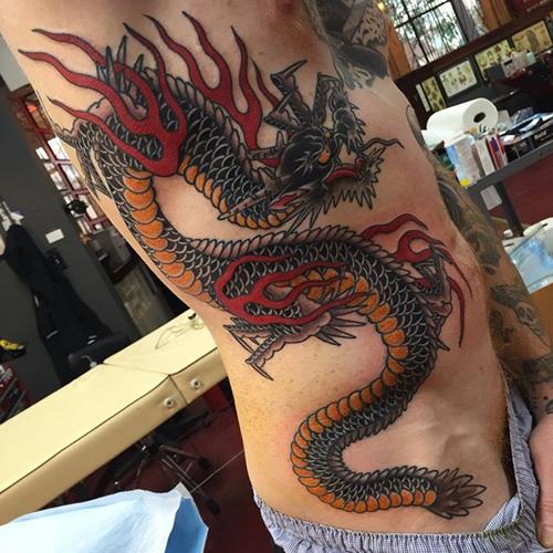 Татуировка дракона на животе