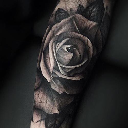 Тату розы на руке черные