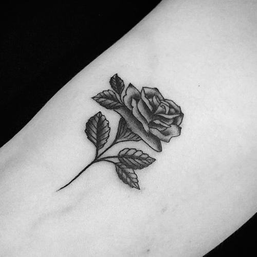 Татуировка черная роза на ноге